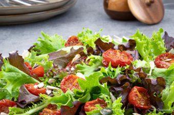 Frisse salade met gekonfijte tomaatjes