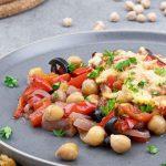 Ovenschotel met kikkererwten, paprika en kaas - Makkelijk, lekker en kleurrijk gerecht. Voedzaam en gezond door de kikkererwten.