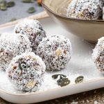 Bliss balls met gember en kaneel - Gezond en voedzaam alternatief om de snelle trek mee te stillen. Met gedroogde vruchten, noten en kokos.
