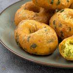 Bara - Heerlijke snack of borrelhapje van gefrituurd deeg op basis van gele spliterwten. Op smaak gebracht met specerijen en spinazie.